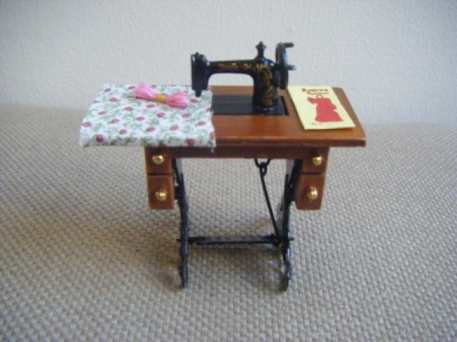 ▼ SEWING MACHINE ON TABLE写真