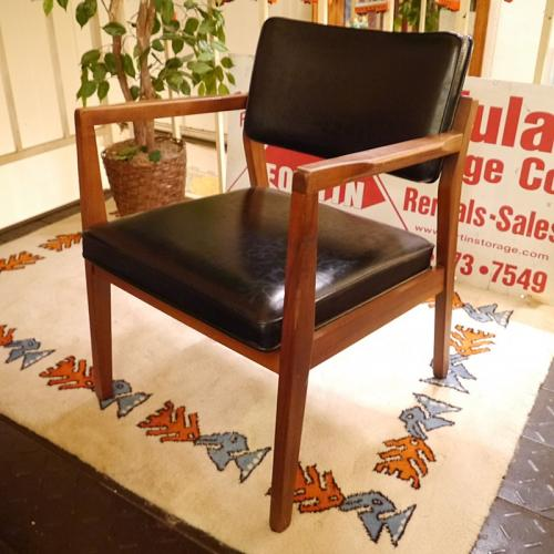 Vintage wood armchair写真