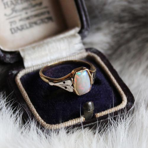 C.1910 Antique Cushon Cut Opal Ring (9ct)写真