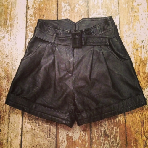 Leather tuck short-pants写真