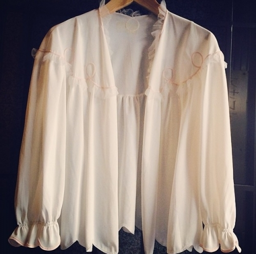 Frill see-through design top.写真